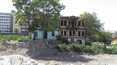 Ali İnandım: Yıkıma terkedilen sağdaki ev Uğur Mumcu'nun oturduğu ev Ankara, Multi Story Building, Mansions, House Styles, Manor Houses, Villas, Mansion, Palaces, Mansion Houses