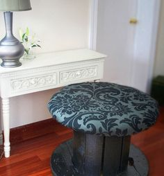 Table made from wooden cable reel, with upholstered seat. I need to find me a cable reel! Wooden Cable Reel, Wooden Cable Spools, Wood Spool, Pallet Furniture, Furniture Making, Furniture Ideas, Rustic Furniture, Azulejos Diy, Deco Dyi