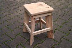Mon petit tabouret 100% récup : pieds en palette, assise en planche de coffrage, renforts latéraux en chutes de sapins. Assemblé avec tourillons et vis. Pour se poser devant la cheminée :)