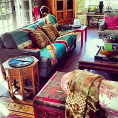 Bohemian and relaxed living room / eclectic