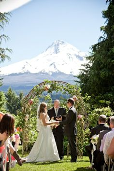 Accompanying The Already Draw Dropping Venue Were Perfect Peachy Fls Provided By Anna Mara Flowers Central Oregonportland Oregonmount Hoodwedding