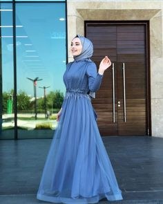 Image may contain: one or more people, people standing . Hijab Gown, Hijab Evening Dress, Hijab Dress Party, Hijab Wedding Dresses, Evening Dresses, Bridesmaid Dresses, Muslim Women Fashion, Modest Fashion, Hijab Fashion