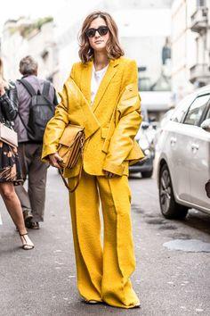 terno alfaiataria oversized amarelo yellow suit jaqueta couro amarela yellow jacket bolsa mao amarela cabas jaune look total yellow look casual chic look trabalho look artsy yellow Fashion Milan, Fashion Week, Look Fashion, Fashion Outfits, Womens Fashion, Fashion Trends, Office Fashion, Edgy Outfits, Fashion Bloggers