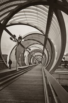 Arganzuela bridge, designed by Dominique Perrault, consists of two arms which together account for 278 meters and flowed into a place in the park Arganzuel...
