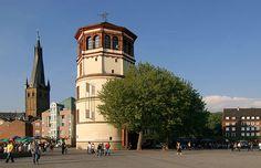 Burgplatz, Schlossturm in Düsseldorf. Altstadt. Rheinuferpromenade.