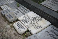 Un recorrido por el Cementerio Central de Bogotá | Fuente: Cristian Garavito - El Espectador Tumba de Carlos Pizarro. Es muy popular entre los fieles, quienes le dejan placas de agradecimiento cuando les conceden milagro./ELESPECTADOR.COM