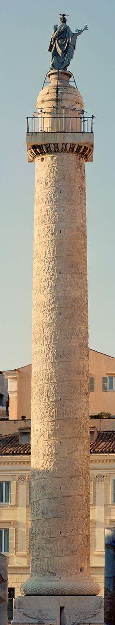 """La colonna Traiana (39,86 m x 3,83 m) é un monumento in marmo con all'apice una statua in bronzo, innalzato tra il 110 e il 113 d.C. per celebrare la conquista della Dacia da parte di Traiano. La particolaritá che la contraddistingue é un """"nastro"""" in altorilievo su cui vi é narrata l'intera spedizione, che la avvolge. É oggi situata all'interno del Foro Traiano. L'autore viene unanimemente riconosciuto in Apollodoro di Damasco anche architetto del Foro Traiano."""