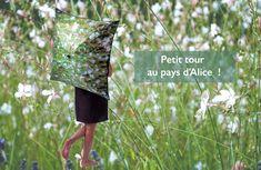 Fini les parapluies tristes, vive la couleur et les voyages. Les parapluies photo vous emmènent au Pays d'Alice pour une promenade dans un champs de Goras.