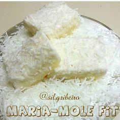 As 100 melhores ️receitas FiT para te dar aquela ajuda e não deixar a ️dieta cair na rotina ️vc encontra no nosso livro virtual, ️clicando no link azul no topo da nossa página - - Maria mole Fit  3 claras (batidas e neve), 1 pct de gelatina sem sabor 12g(incolor) 1 cs de colágeno em pó (opcional)  2 Cs de Coco Ralado sem Açúcar, 150ml de Água (fervendo). Misture a gelatina com o colageno, dissolva na agua fervendo , misture nas claras em neve, bata por mais 5 min. Acrescente o coco ralado…