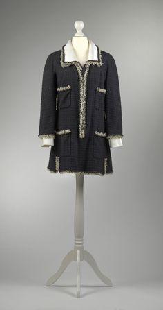 Chanel Auktion Lot 52: Chanel Kleid, schwarzer Boucléstoff, Länge 79 cm, Größe ca. 36 cm. Mehr Information auf der Website