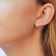 The perfect pair of ear jacket earrings! They are perfect for everyday or for a more glam look. Very simple yet elegant. Minimal jewelry for everyday.  Ear jacket details:  • Crafted of gold vermeil ( gold plated solid sterling silver) with zircon stones. • Price is per TWO gold ear jackets. • With two zirconia gemstones. All jewelry comes in beautiful packaging, gift ready.  Made with love   Feel free to contact me with any questions :)  Visit By Lía e-shop http://www.bylia.es or take a…