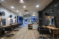 Rénovation totale d'un salon de coiffure de 100m². Modernité, chaleur, et esprit cocooning sont mis en avant dans ce salon... Le parcours émotionnel du client est mis en valeur et étudié pour satisfaire la clientèle de ce salon de coiffure. 15 jours de travaux, pour un avant/après remarquable.