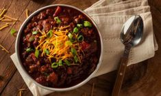 Best Chilli Con Carne Recipe, Use beef mince for economy and make it stretch by adding kidneys beans . This Easy chilli con carne recipe by HungryForever. Carne Adobada, Carne Picada, Slow Cooker Chili, Chili Recipes, Soup Recipes, Healthy Recipes, Dinner Recipes, Zoodle Recipes, Mexican Recipes