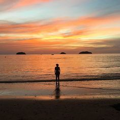 Just me, alone with the sunset 🌅 bye bye Koh Chang #travelblogger #blogginggals #sunset    #Regram via @katielewla