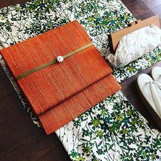 今日のお着物 ウールのお着物 ウールですが裏地付きなので ウール100%ではないようです 身丈158㎝、裄丈64㎝、袖丈48㎝ 前幅23㎝、後ろ幅28.5㎝ 帯もお譲りできます . #japan#kimono #お着物 #着物#きもの#キモノ #着物コーディネート #アンティーク着物 #クラッチバッグ #colblan