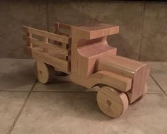 Les encanta nuestro camión de cama madera de la estaca para poner todas sus cosas favoritas y crucero alrededor de la casa o patio. Hecho de roble y acabado con laca madera.