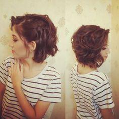 Valorize seu curtinho com uma trança de lado presa por vários grampos. | 15 penteados simples com grampos para te inspirar