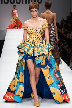 Moschino Fall 2014 Ready-to-Wear Fashion Show - Nadja Bender Dolly Fashion, Weird Fashion, Love Fashion, High Fashion, Fashion Show, Autumn Fashion, Fashion Design, Milan Fashion, Arty Fashion