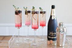 Pour trinquer à noël comme il se doit quoi de mieux, que de servir quelques coupes de champagne ? Pour apporter une touche encore plus chic et sophistiquée, nous vous soufflons 10 idées de recettes pour revisiter ce grand classique des fêtes. En ajoutant simplement quelques baies ouaromates ou en jouant la carte cocktail, pas de doute les fêtes seront encore plus belles. Champagne ! Photo de une :Cocktails mûres et thym, The Effortless Chic/Champagne et mûres, Brides/Cocktail…