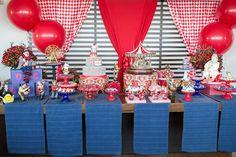 Mesa de doces para festa com tema Circo vintage. Foto: Mari Neaime