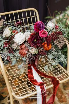 #danielleriley Modern wedding flowers in dark tones: if you love darker tones and want to plan a burgundy wedding, then you should take a look at this intimate wedding in Raleigh, North Carolina. Wedding photography by Danielle Riley, intimate wedding photographer #bouquet #wedding Simple Wedding Bouquets, Modern Wedding Flowers, Fall Bouquets, Wedding Flower Arrangements, Floral Wedding, Bouquet Wedding, Autumn Wedding, Forest Wedding, Burgundy Wedding