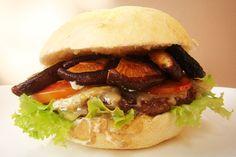 """No OBA Gastronomia de hoje, um super sanduíche. Hambúrguer com cogumelos Shitake e quejo Brie formam a base deste """"sanduba"""" gourmet. Vale a pena provar."""