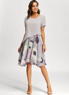 Wie verzaubert im Blumenkleid. Have a look at our large choice of women's jewelry and accessories, i Trendy Dresses, Elegant Dresses, Day Dresses, Dress Outfits, Casual Dresses, Short Sleeve Dresses, Summer Dresses, Short Sleeves, Midi Dresses