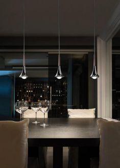 The Studio Italia Design Rain pendant lamp consists of a metal lamp head and a glass diffuser.
