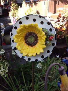 Cute daisy bowl on black polka dot plate. Plate Flowers Garden, Glass Plate Flowers, Flower Plates, Garden Totems, Glass Garden Art, Glass Art, Garden Crafts, Garden Projects, Glass Bird Bath
