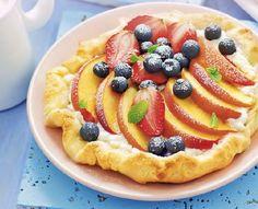 Süße Pizza mit Pfirsich und Sommerbeeren
