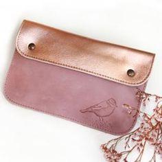 Pochette pression cuir / Barnabé aime le café Diy Accessoires, Cuir Rose, Bambam, Card Case, Bracelets, Wallet, Chain, Bags, Couture