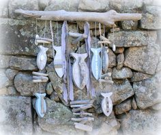 PIÈCE UNIQUE -IDÉE CADEAU - IDÉE DÉCO BORD DE MER Ce mobile - guirlande est composé d'un beau bois flotté de 70 cm de long, de 7 poissons en bois découpé patiné g - 14803491