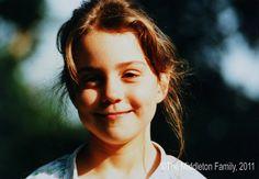 At five years old, Kate smiled on a Summer afternoon in the UK. | Rückblick: Seht Prinz William und Kate Middleton als Kinder! | POPSUGAR Deutschland Stars Photo 27