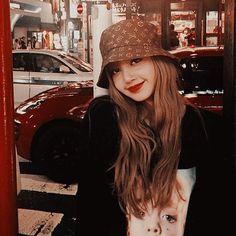 Blackpink lisa wearing a cute hat♡ Kim Jennie, South Korean Girls, Korean Girl Groups, K Pop, Blackpink Icons, Rapper, Chica Cool, Look At My, Lisa Blackpink Wallpaper