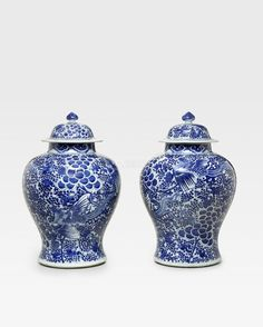 A pair or large blue and white porcelain baluster jars and covers, Kangxi period (1662-1722)