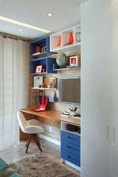 Сочетание белого и синего с древесным декором в дизайне письменного стола.