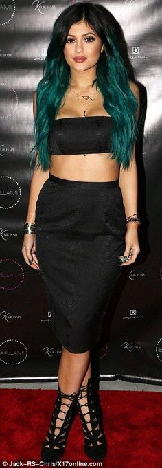 Kylie Jenner is wild about teal on the red carpet at the James Kendall salon. Kylie was launching her new hair product, Kylie Hair. Kylie Jenner Vestidos, Kendall E Kylie Jenner, Looks Kylie Jenner, Kylie Jenner Style, Kris Jenner, Khloe Kardashian, Estilo Kardashian, Peinados Kylie Jenner, Le Style Du Jenner