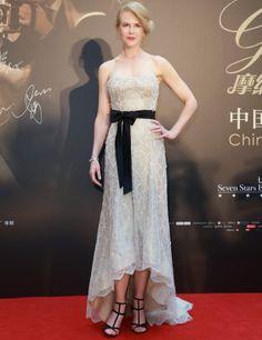Nicole Kidman con  vestido con cristales de Swarovski y lazo negro en la cintura de Armani Privé.