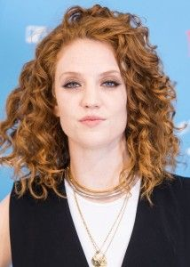 Jess Glynne Hairstyle, Makeup, Dresses, Shoes and Perfume - http://www.celebhairdo.com/jess-glynne-hairstyle-makeup-dresses-shoes-and-perfume/