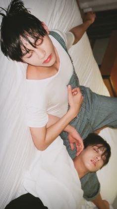 V Kookie Taehyung Jungkook Tae tae bts Bts Taehyung, Jimin, Bts Bangtan Boy, Taekook, K Pop, Foto Bts, Bts Sleeping, Les Aliens, Boy Band