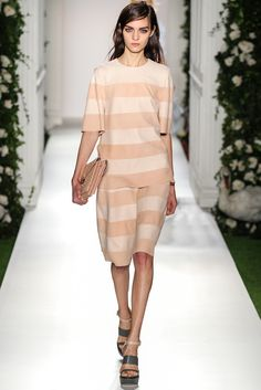 An example of how broad horizontal lines can bring shape to very loose garmets. Mulberry SPRING 2014