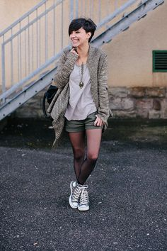 Shade, held by exchanging the shorts by a khaki skirt . Pixie Outfit, Short Hair Outfits, Casual Outfits, Fashion Mode, Girl Fashion, Womens Fashion, Look Short, Shorts With Tights, Autumn Winter Fashion