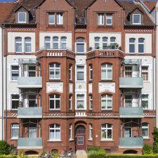 Grimmstraße 9 Hannover – Fassadenanstricharbeiten mit Putzreparatur und Gestaltungsarbeiten.  Mehr Bilder vom Haus ? Klicken Sie auf das Foto und Sie gelangen direkt zum Artikel.