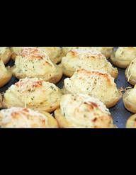 Recette pommes de terre farcies au mascarpone : Lavez les pommes de terre sans les éplucher. Mettez-les à cuire à la vapeur pendant 20 à 30 min. selon leur grosseur. Hachez le jambon de Parme. Lavez, essorez, ciselez la ciboulette. Laissez tiédir les pommes de terre. Coupez leur chapeau sur 1...