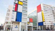 IN BEELD: Den Haag verandert langzaam in één grote Mondriaan  DEN HAAG - Langzaam maar zeker krijgen steeds meer panden in Den Haag een Mondriaans uiterlijk. In 2017 is het precies 100 jaar geleden dat de Nederlandse kunstbeweging De Stijl werd opgericht. De belangrijkste vertegenwoordiger van deze beweging: Piet Mondriaan. Den Haag staat daarom dit jaar in het teken van de beroemde kunstenaar…