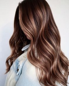 The Latest Collection Of Colors And Styles For Long Wavy Hair - Page 2 of 6 - Vida Joven Long Wavy Hair, Dark Hair, Winter Hairstyles, Trendy Hairstyles, Gorgeous Hair Color, Homecoming Hairstyles, Brunette Hair, Blonde Hair, Hair Hacks