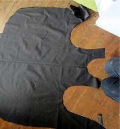Here's an unusual thing. An apron with only one edge. And one hole. The nice thing about it is, you don't have to tie it. Japanese Apron, Japanese Sewing, Japanese Style, Sewing Aprons, Sewing Clothes, Easy Sewing Projects, Sewing Tutorials, Apron Pattern Free, Apron Patterns
