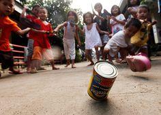 24 hours : Cagayan De Oro City, Phillipines: Filipino children play at a school Filipino Art, Filipino Culture, Filipino Tattoos, Filipino Empanada, Fotojournalismus, Street Game, Jeepney, Philippines Culture, Philippines Tourism