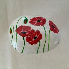 Stone Art Painting, Rock Painting Designs, Pebble Painting, Rock Flowers, Remembrance Day, Rock Crafts, Painted Stones, Red Poppies, Art Therapy