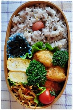 obento 2013/1/21 Bento Recipes, Lunch Box Recipes, Japanese Lunch Box, Japanese Food, Bento Box Traditional, Bento And Co, Food Garnishes, Lunch To Go, International Recipes